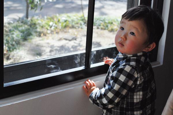 見つめる1歳児