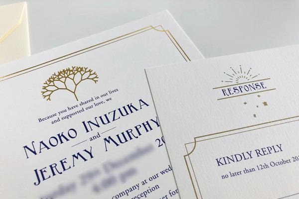 結婚式の招待状と返信用ハガキ
